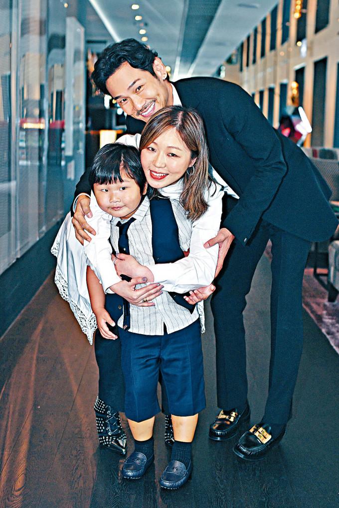 杜德偉一家三口祝賀Ice妹妹取得大律師資格,兩父子都打扮有型!