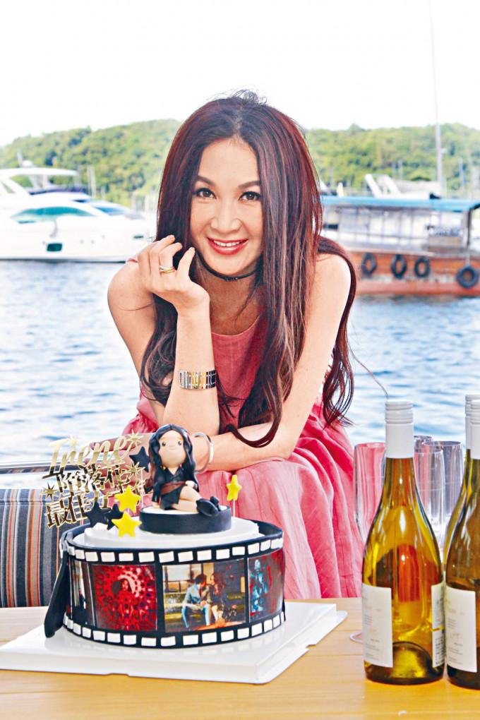 Irene率眾出海慶功,工作人員更預備了一個以她為藍本的蛋糕賀她得獎。