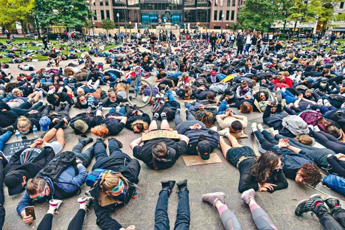 示威者在俄亥俄州首府哥倫布市中心扮死,抗議警暴。