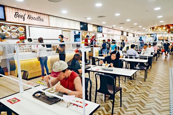 新加坡一個美食中心裝上防飛沫隔板。