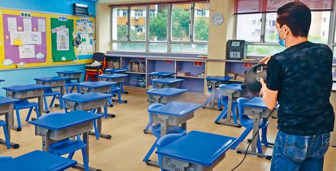 小四至中二生將於下周一如期復課,不少學校已預先消毒教室及調好桌椅間距。