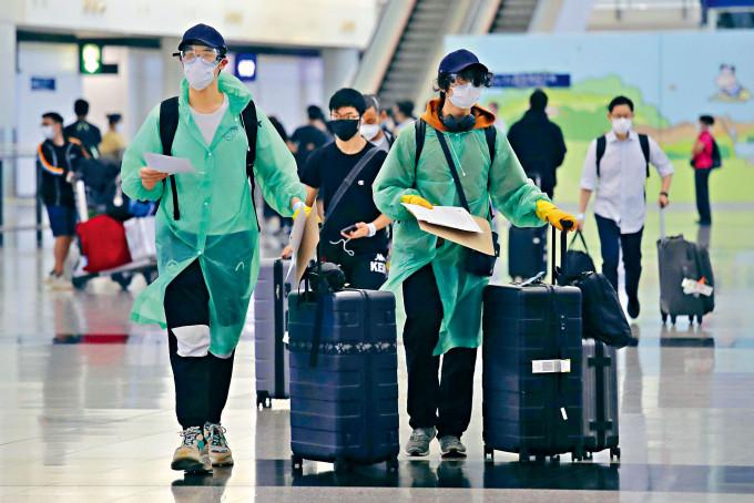 當局突然延長海外抵港人士強制檢疫限制三個月,料會打亂不少市民的外遊部署。