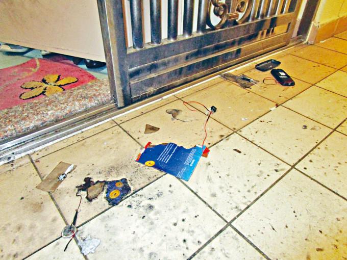 事主單位門外遭土裝燃燒裝置施襲,地上遺留碎片。
