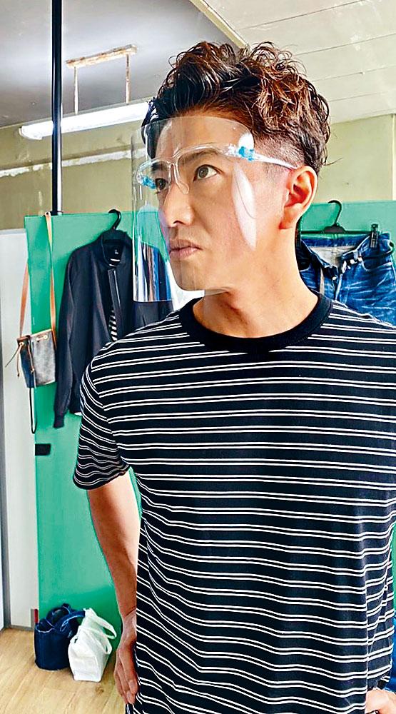 木村拓哉停工兩個月後,昨日戴上口罩、護目鏡及透明面罩復工。