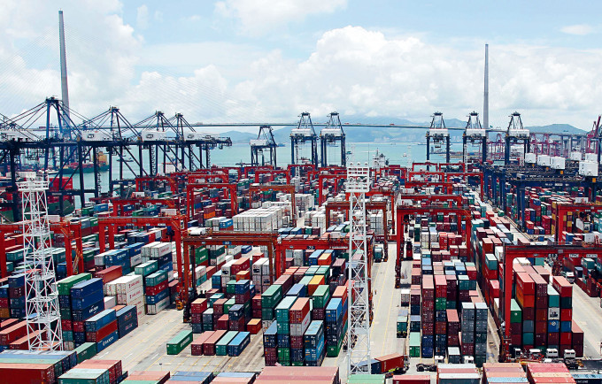 本港整體出口和進口貨值,分別按年大跌7.4%及12.3%。