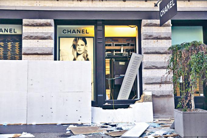 紐約蘇豪區Chanel玻璃窗被打爛。