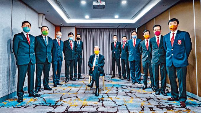蔡堅團隊有12人,不設隊名,各人口罩顏色不同。