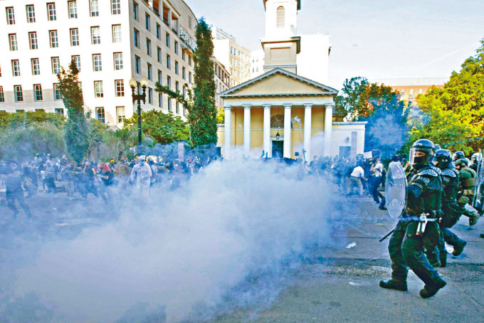 防暴警察在聖約翰公會教堂旁,發射催淚彈驅散示威者。