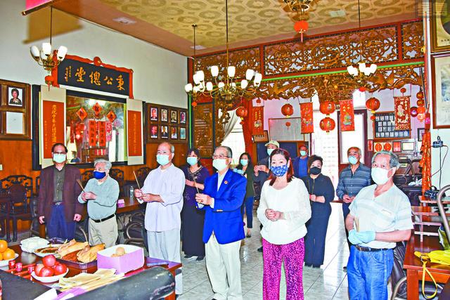 正副總理與職員齊聚禮堂舉行奉神儀式,緬懷先賢偉績。譚國亮攝