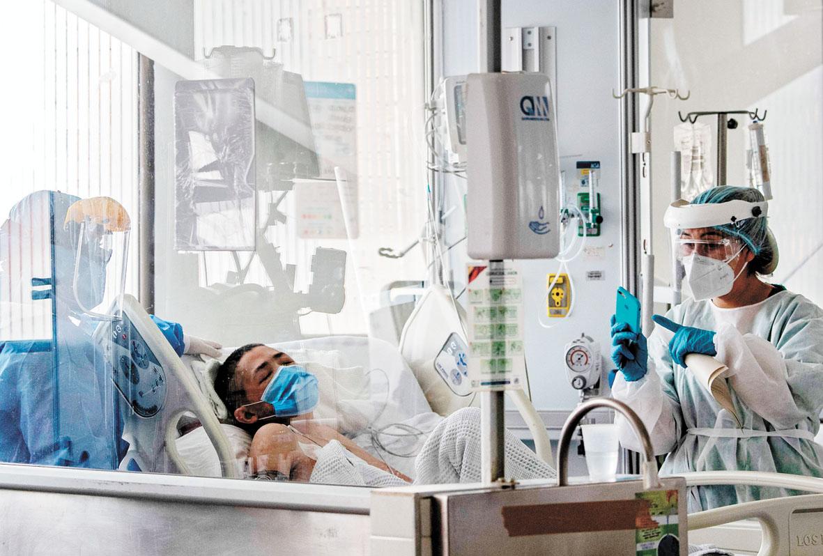 世衛指今次疫情大流行遠遠未到結束時,圖為哥倫比亞醫護照顧病患。法新社