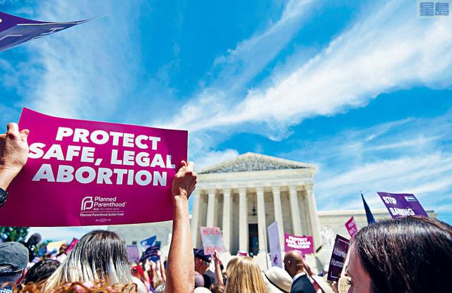 支持墮胎的計劃生育聯合會支持者早前在高等法院等候裁決結果。    CQ圖片
