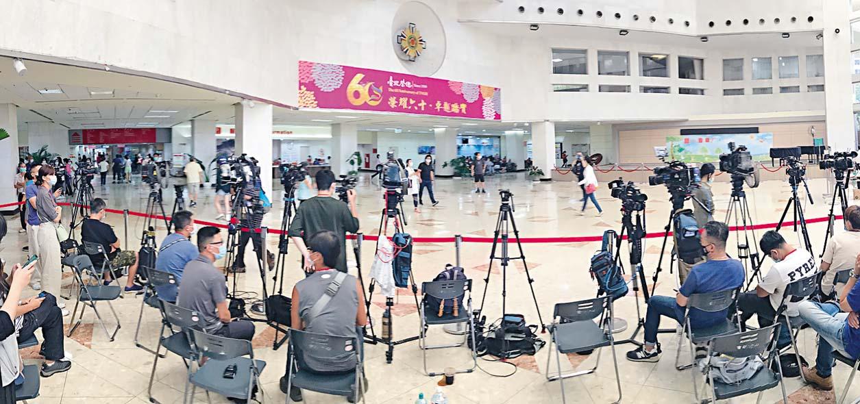 大批台灣媒體守候在醫院。
