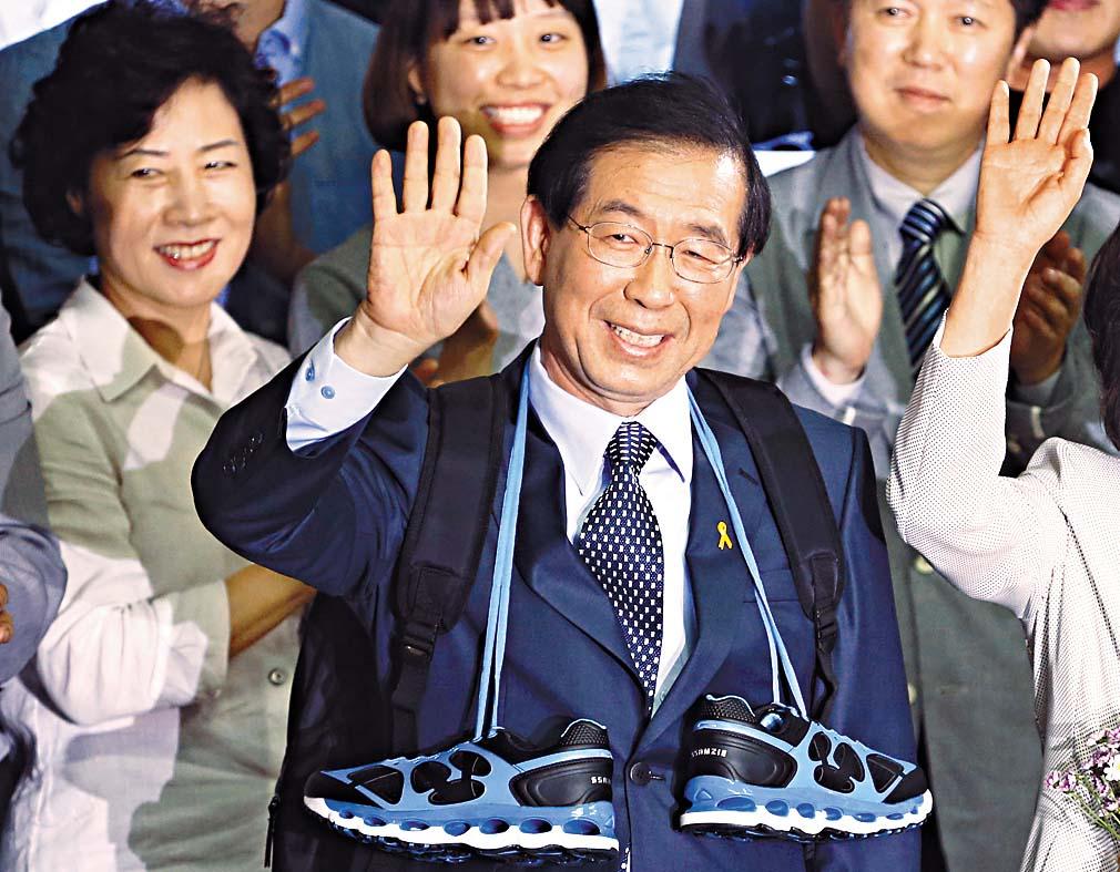 朴元淳二○一四年當選連任首爾市長,與支持者慶祝。