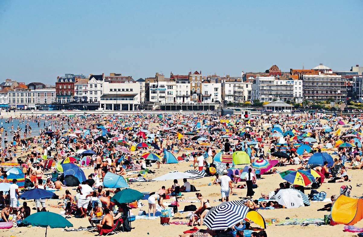 ■英國大批民眾上周湧到馬蓋特海灘享受日光 浴。 路透社