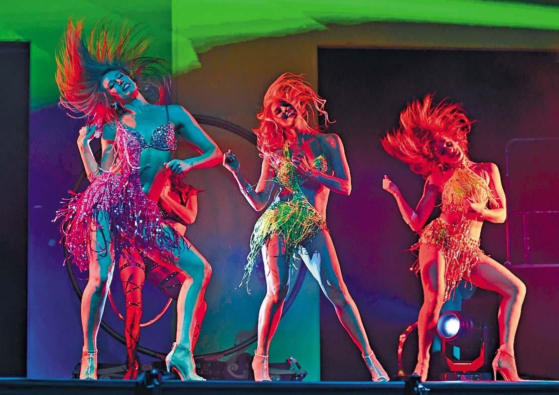 ■拉斯維加斯艷舞舞蹈員隔離十四天後,周三 上台表演。  法新社
