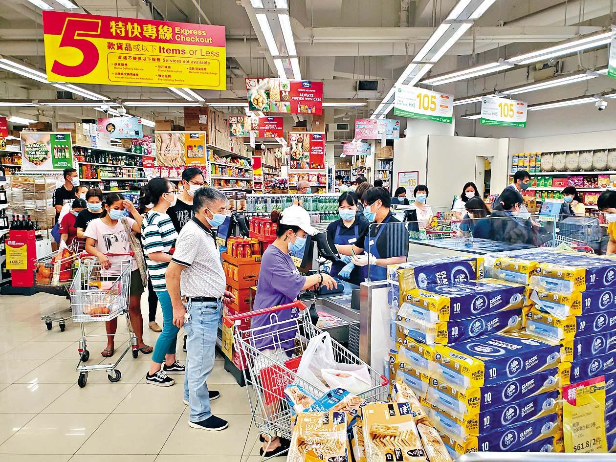 ■沙田水泉澳邨區內超市居民大排長龍 購買日用品 。 蔡楚輝攝