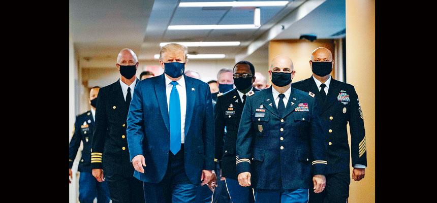 特朗普當天到訪軍方醫療中心,在公開場合首次戴上口罩示人。法新社