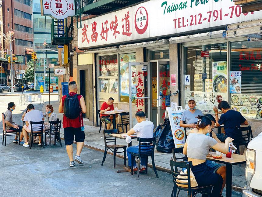 「武昌好味道」所在的宰也街對機動車關閉,因此可以在街道上擺放多張桌椅。