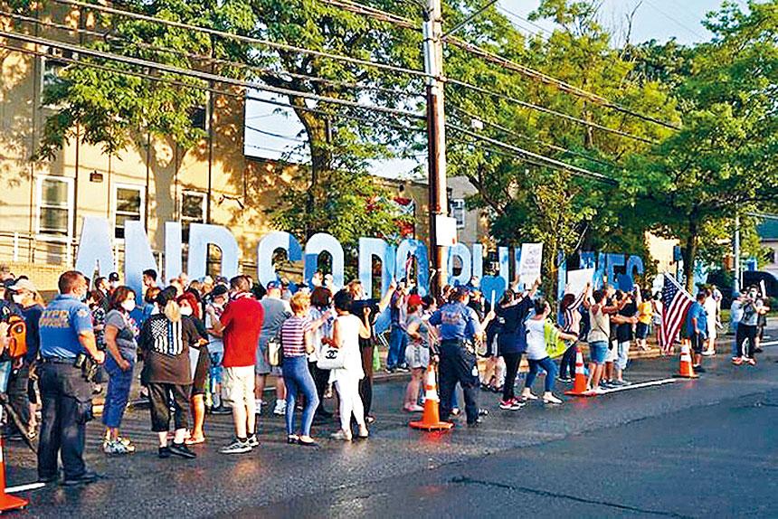 史島撐警集會有逾百人參加。