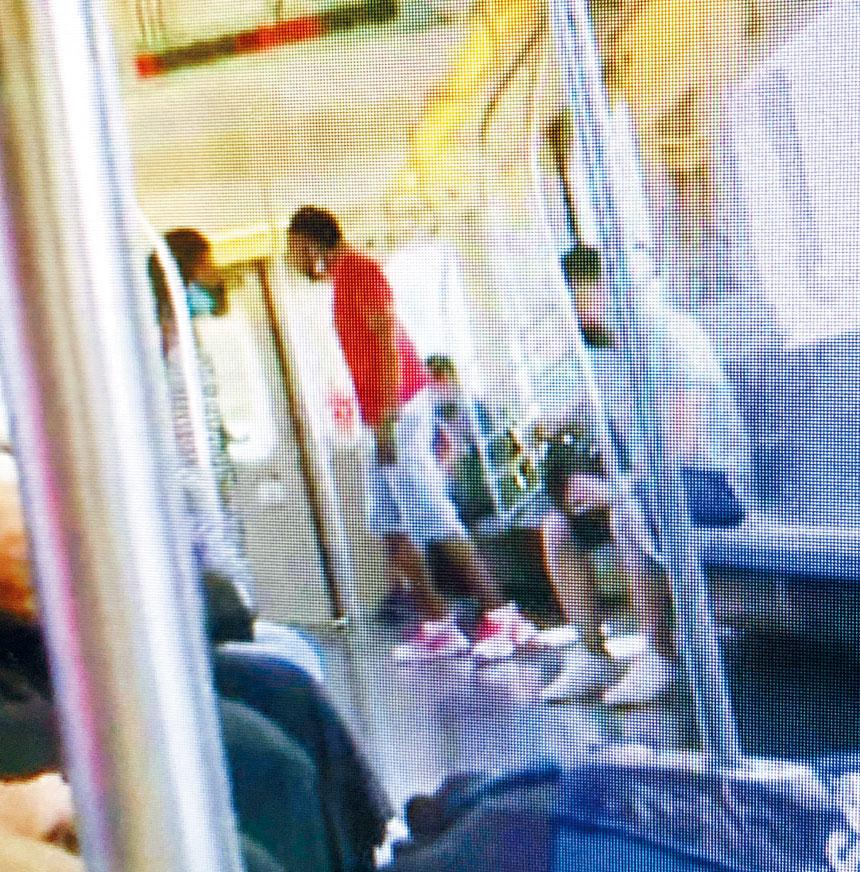 7號地鐵一個月內發生兩宗攻擊歐打傷人事件,繼73歲華翁月初被攻擊受傷後,27日又發生2名非裔男子涉嫌攻擊在車廂內的一男一女。