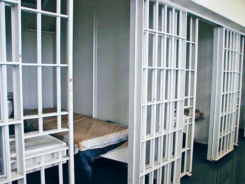 紐約市刑事司法和監禁改革獨立委員會近日撰文指出,多項研究表明,減少雷克島監獄監禁的犯人與最近紐約市槍支暴力事件激增之間並無關聯。資料圖片
