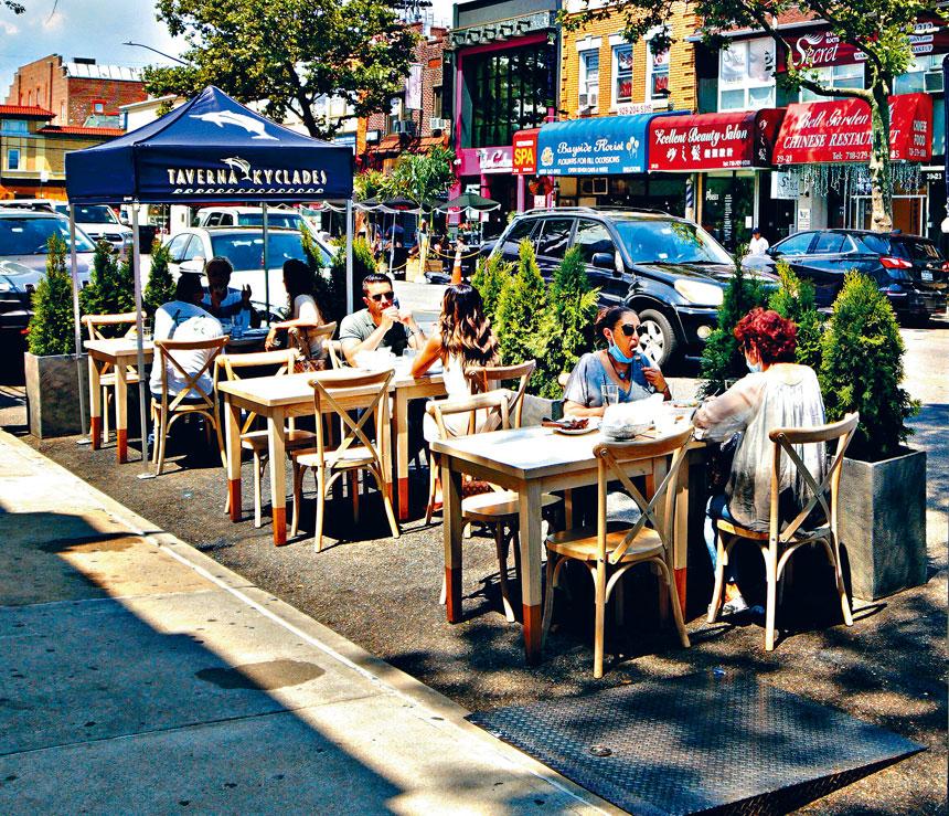 東北皇后區商業區貝賽的貝爾大道擴展戶外用餐。對這條商業走廊重振疫情之後的經濟有積極作用。