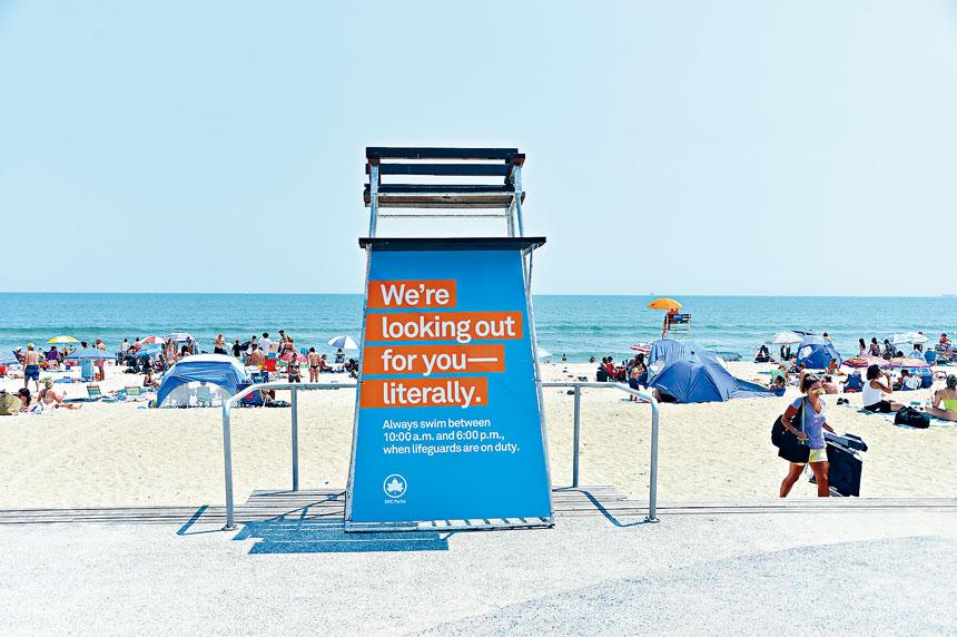 公園局提醒民眾僅能在有救生員值班的水域游泳。