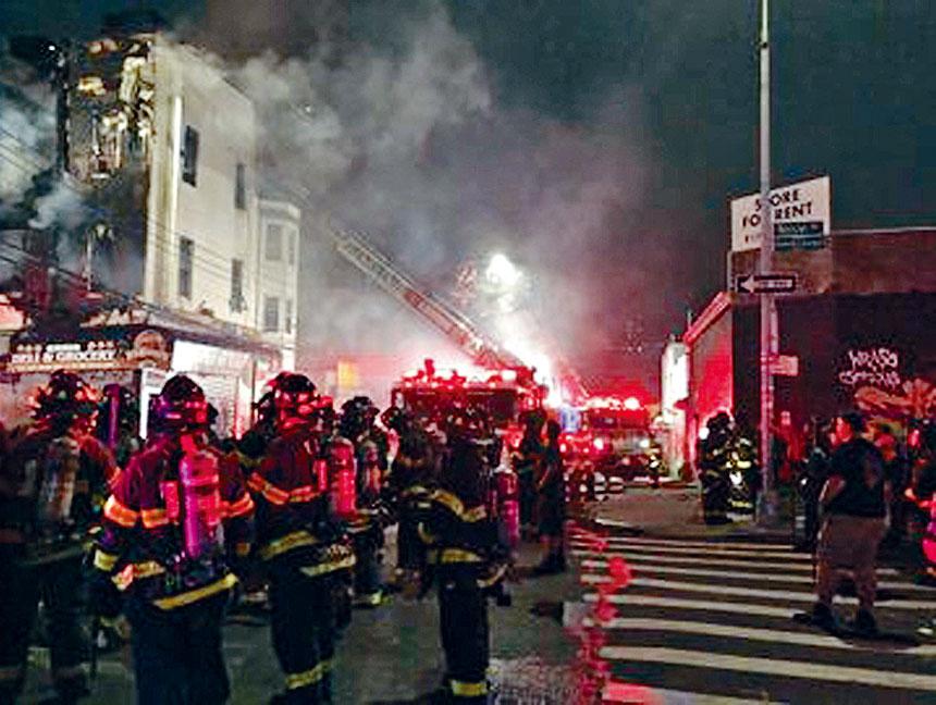 紐約市消防局派出超過100人進行灌救。推特圖片