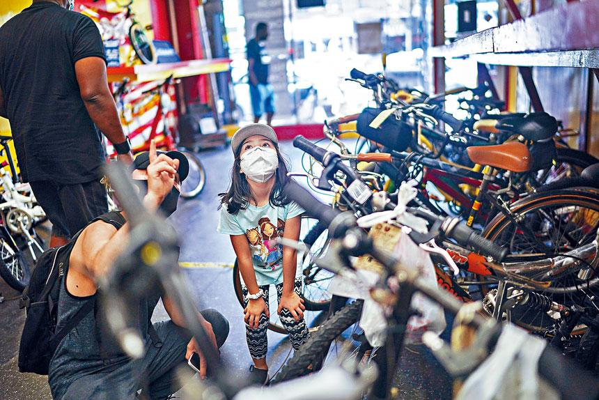 新冠疫情令紐約市的單車需求大增。Chang W. Lee/紐約時報