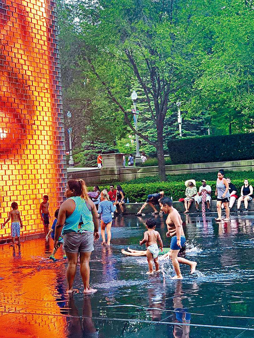 往年的大熱天,千禧公園的皇冠噴泉最受到民眾的歡迎,在淙淙流水中,清涼一「夏」! 但今年因冠狀病毒之故,噴泉停止開放。本報檔案照,梁敏育攝