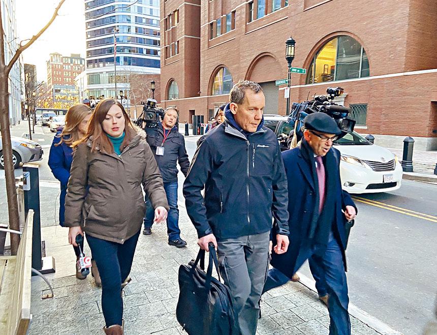 ■利伯教授(右二)年初前往波士頓聯邦法庭面對指控。檔案圖片