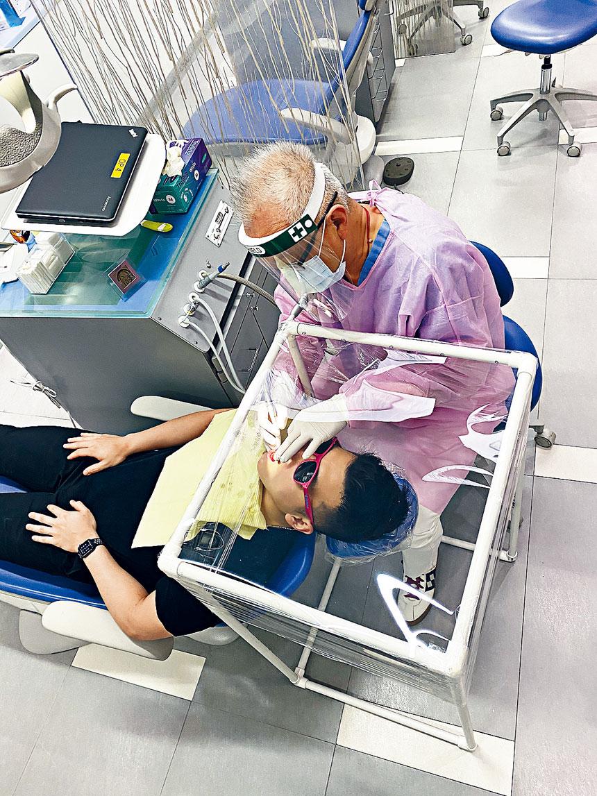 著名華裔齒列矯正賴榮欽博士之專科診所現已重開,診所除了遵循政府的各項防疫規定外,賴醫生並獨家設計出一個專門用於病人進行矯正齒列手術時能夠防止病毒入侵的小型塑膠氣罩,為病人提供更安全而舒適之治療。