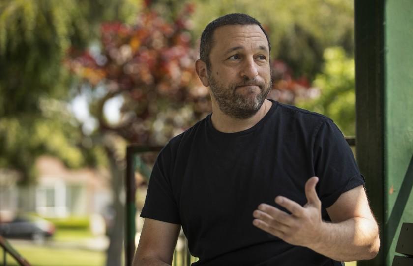 52歲萊文(Barry Levine)等待失業救濟金長達10周,已花掉了三分之二積蓄,9月恐一無所有。洛杉磯時報