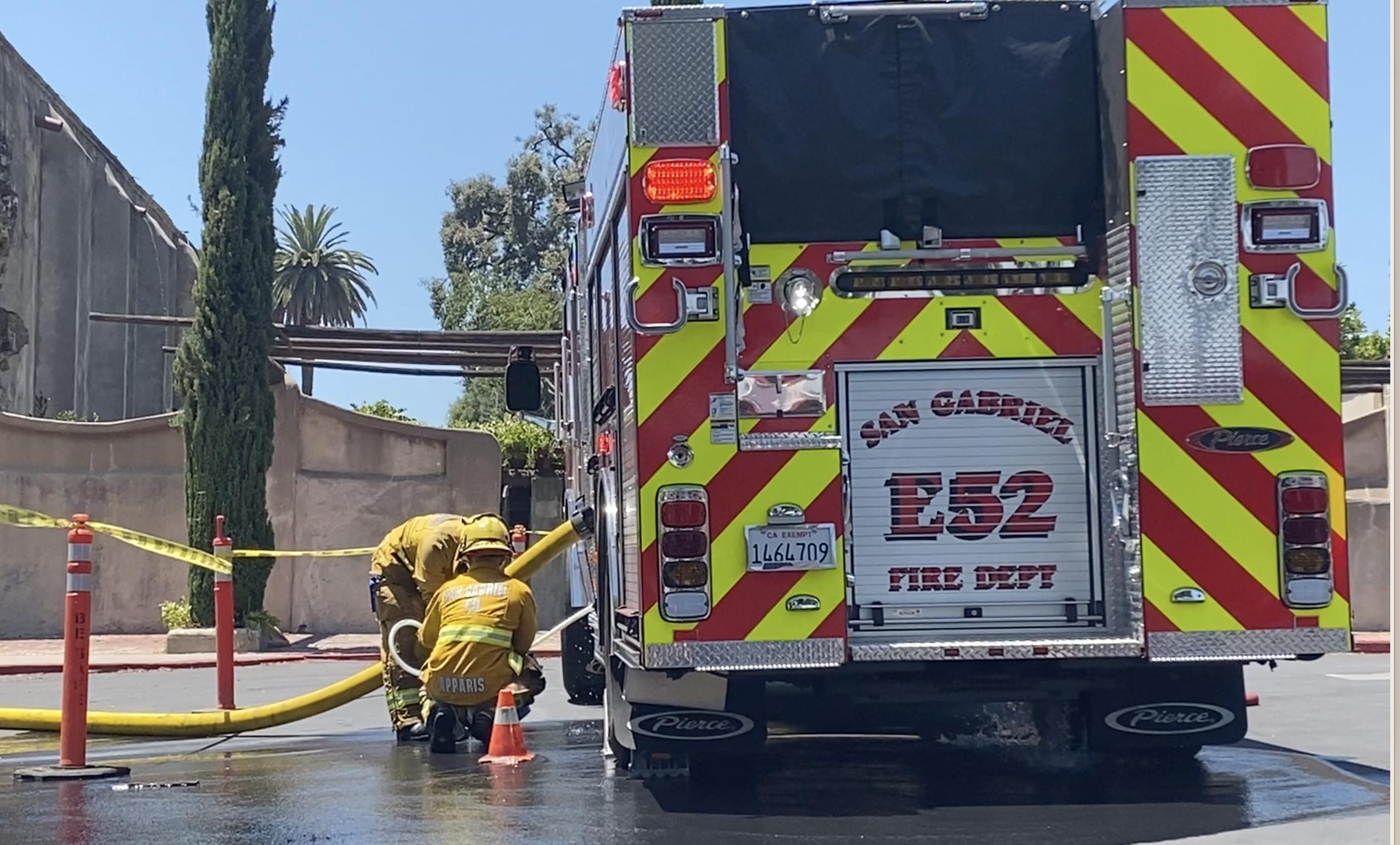 消防人員在現場清理並調查起火原因。記者隋懿軒攝