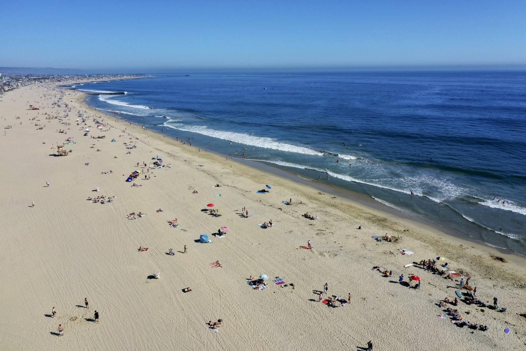 熱浪來襲,民眾開始湧向海灘消暑。洛杉磯時報