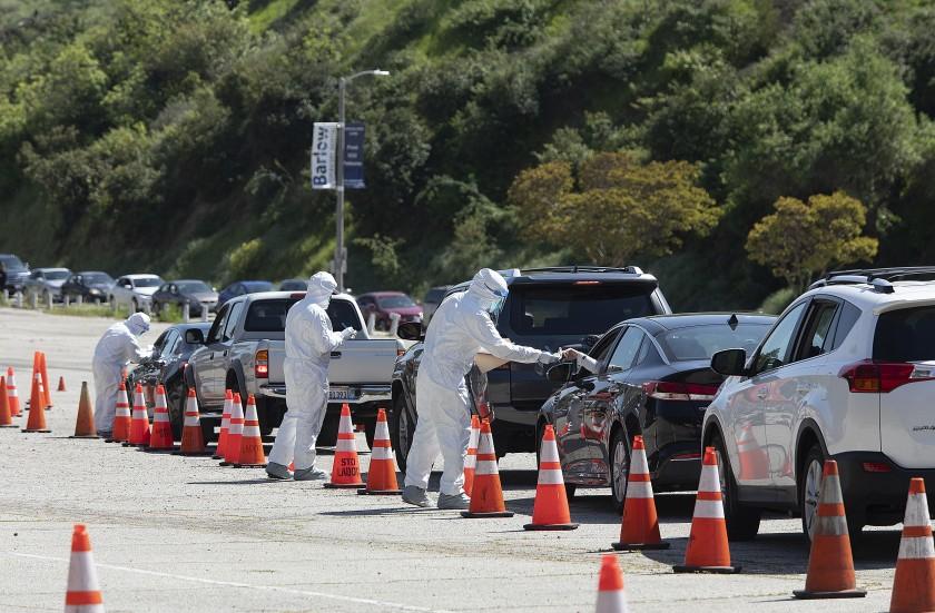 洛縣民眾駕車至道奇球場接受新冠病毒篩檢。洛杉磯訊
