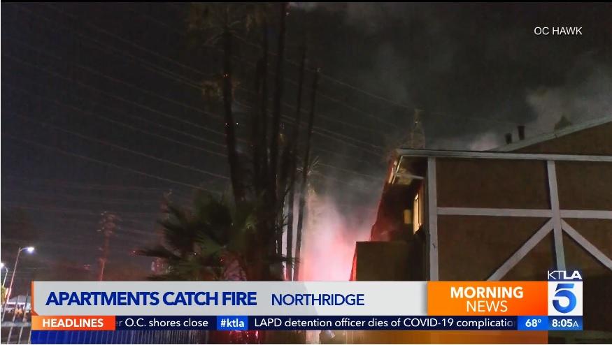 非法煙火導致洛杉磯北嶺公寓火災意外, 8個公寓單位全毀,3住戶重傷。KTLA 5