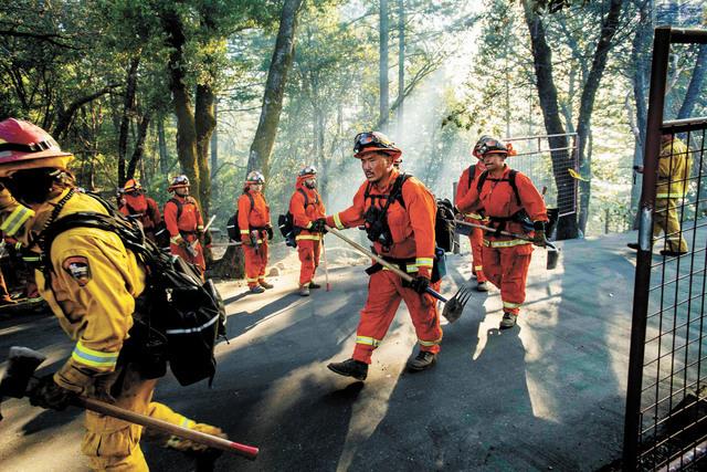 圖為囚犯消防員2019年10月參與灌救北加州酒鄉的「堅卡德山火」。美聯社資料圖片