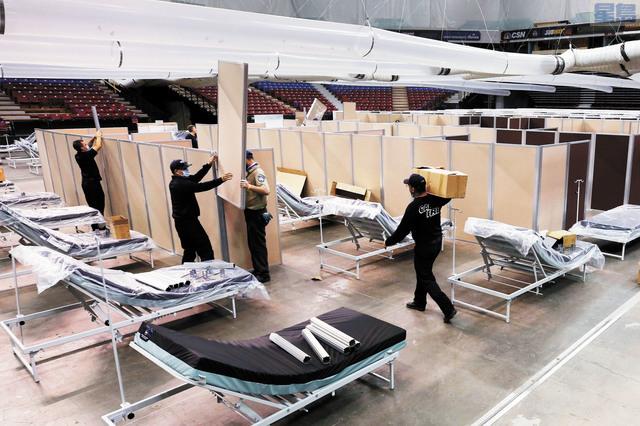圖為今年4月18日,工作人員將沙加緬度睡火車體育館改建為方艙醫院。美聯社資料圖片