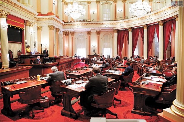州議會參眾兩院均推遲復會,圖為5月28日州參議院預算和財政審核委員會開會,與會者都戴上口罩出席。美聯社資料圖片