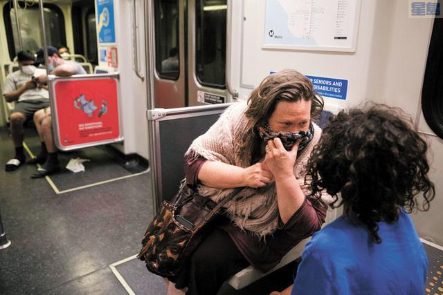 加州多地重啟經濟後都發現疫情反撲,圖為居民戴上口罩坐公車。 美聯社