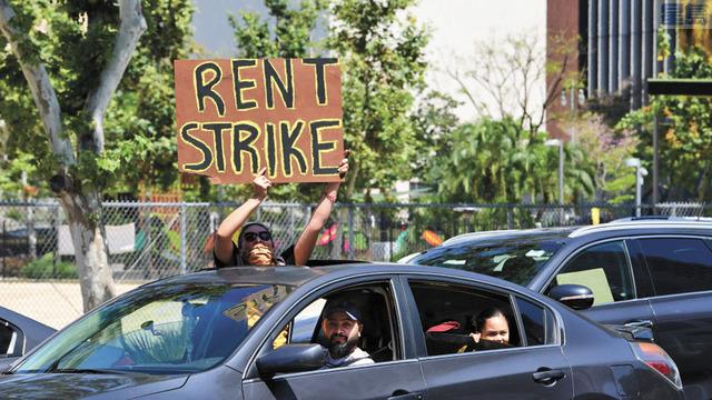 大流行期間居民在洛杉磯市政府前示威抗議,要求租金補貼。KTLA