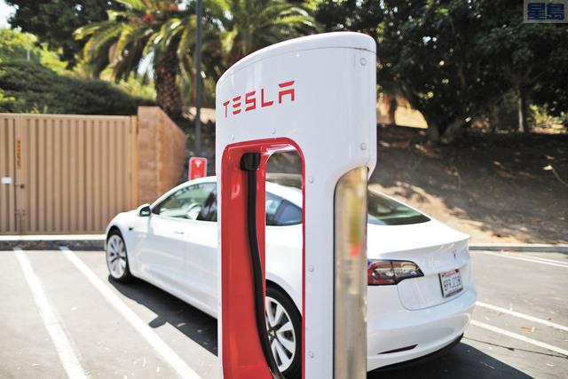 特斯拉的全球快速充電站達到2000座。圖為洛杉磯街頭的一處特斯拉快速充電站。路透社