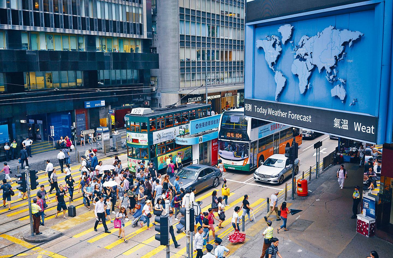 美參眾兩院相繼通過香港自治法,總統特朗普簽字即可生效。圖為香港繁忙街頭。中通社