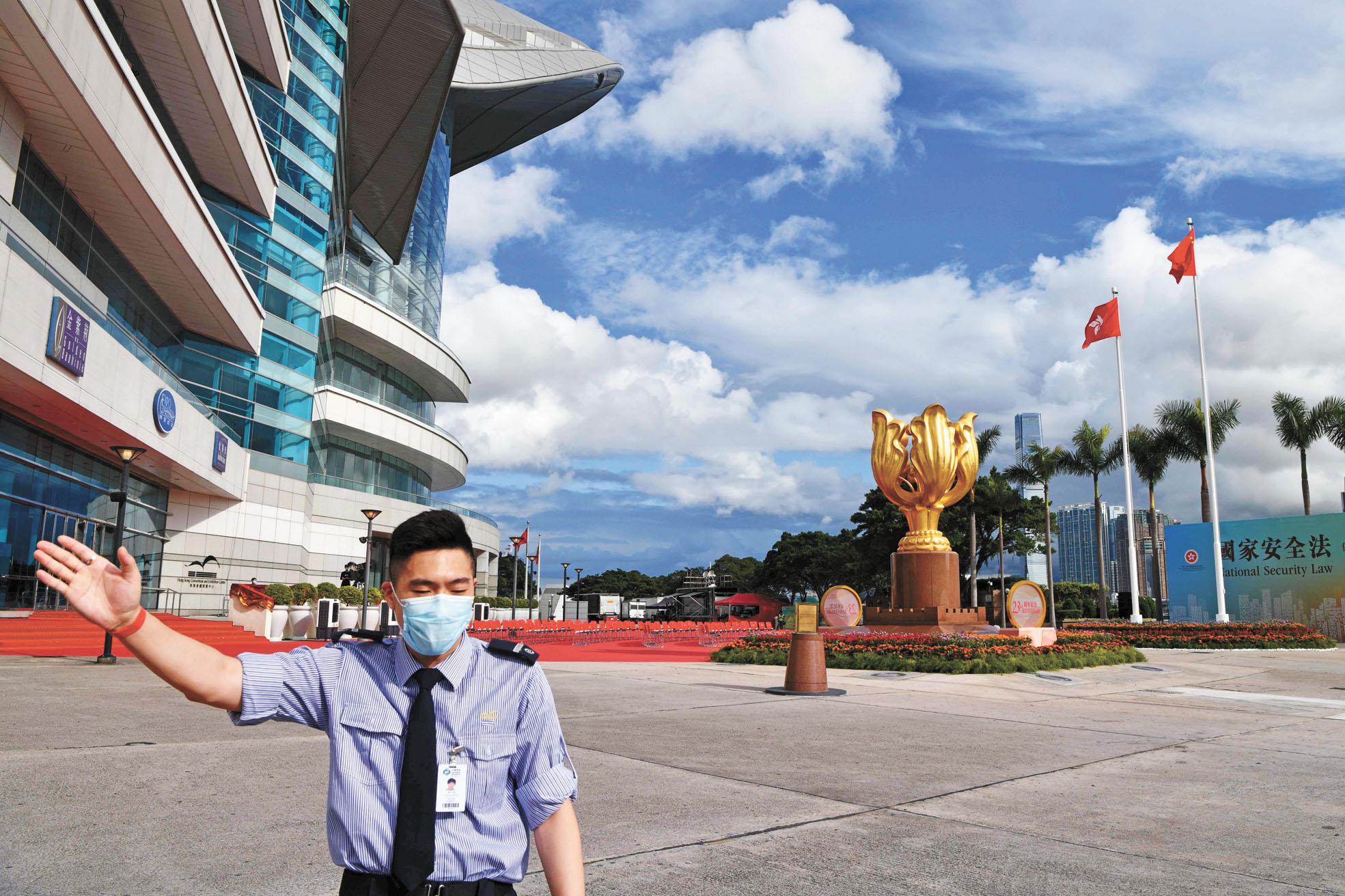 《港區國安法》於香港刊憲生效,持續受到國際關注。圖為一名安保在香港金紫荊廣場維持秩序。法新社