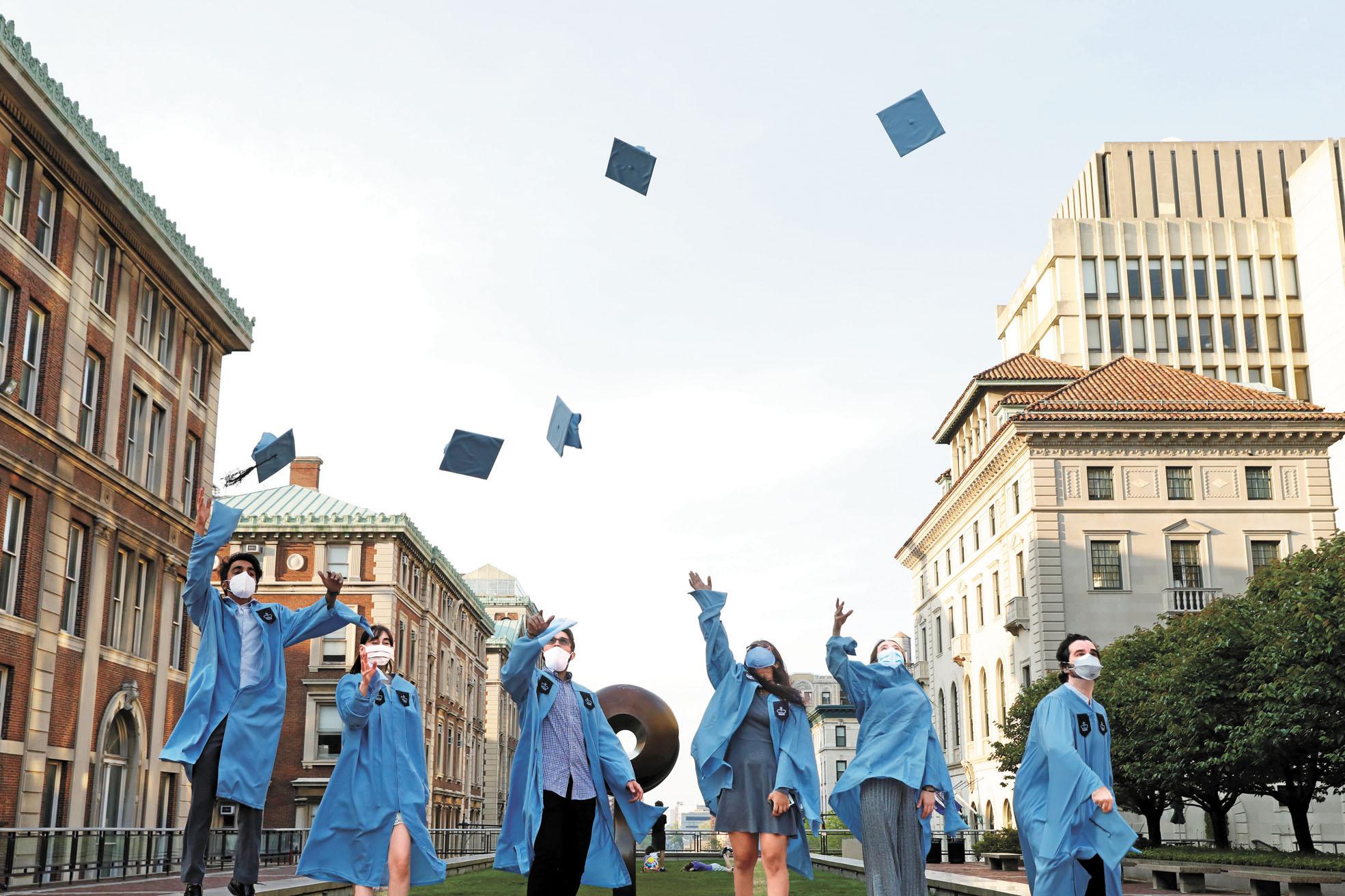 哥倫比亞大學建築學院碩士生,在五月中拋帽慶祝畢業。 路透社
