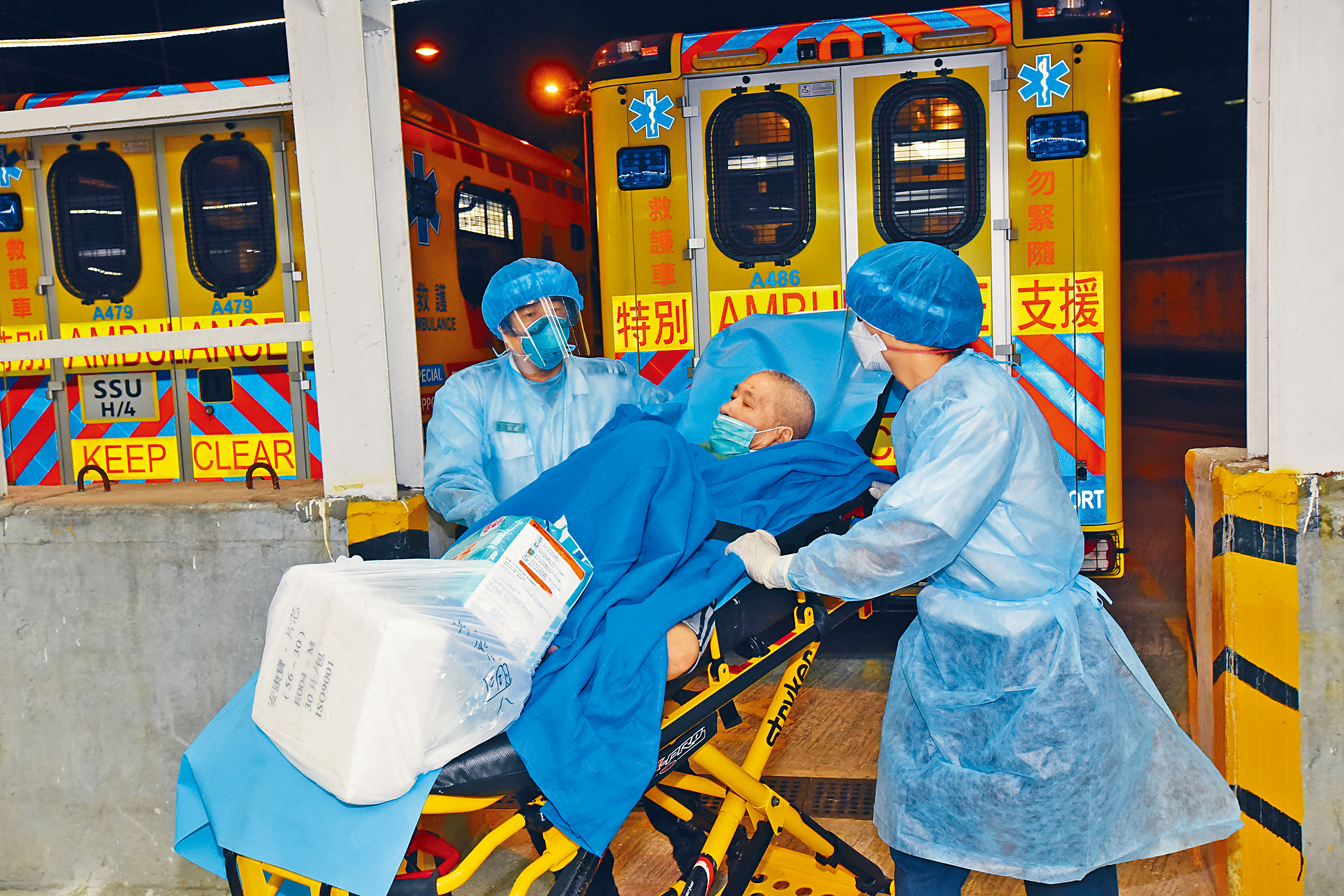 9日夜有份接收港泰護老中心長者的薄扶林傷健營,有多名人士懷疑不適送院。本報記者尹敬堂攝