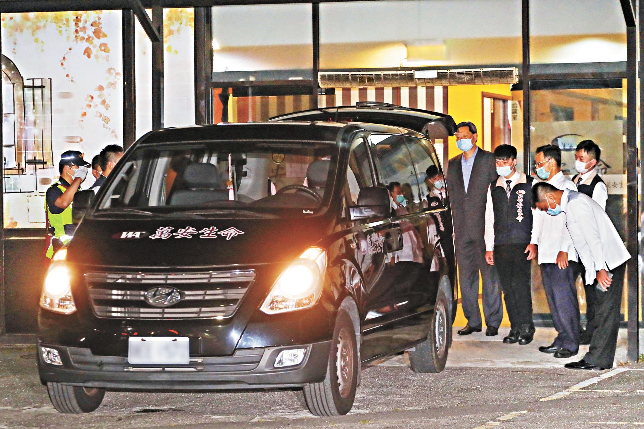 李登輝30日晚間在台北榮總逝世,深夜約11時,禮儀車一路駛往北榮懷恩堂 ;李登輝遺體抵達時,一旁人員鞠躬致意。 中央社