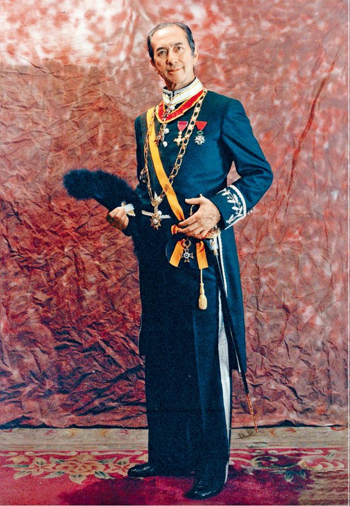 紀念冊封面是何鴻燊穿軍禮服的照片,共四十八頁。