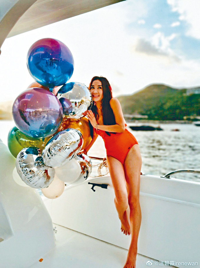 Irene穿上火紅性感泳衣,在遊艇上慶祝生日超開心。